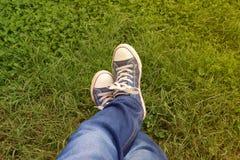 Plimsolls på gräset Arkivbilder