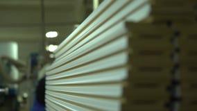 plinth Ein Abschluss oben auf Sockeln Bereite Sockel in einem Lager Natürliche Beleuchtung Leiten durch die Kamera Produktion von stock video