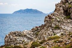 Plis géologiques extrêmes - synclinaux et anticlines Photographie stock