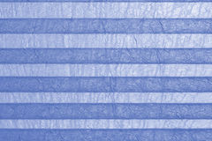 Plissee bleu, aveugle à la fenêtre Images stock