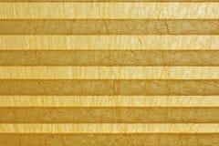 Plissee jaune, aveugle à la fenêtre Image stock