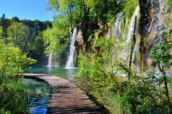 Plitvice湖,克罗地亚木板走道和瀑布  免版税库存图片