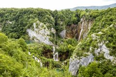Plitvice,克罗地亚, 2017年7月13日:谷的激动人心的景色与许多瀑布的在Plitvice 免版税图库摄影