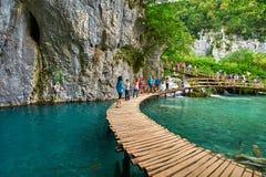 PLITVICE, ΚΡΟΑΤΙΑ - 29 ΙΟΥΛΊΟΥ: Ο τουρίστας απολαμβάνει τις λίμνες και τα θαυμάσια τοπία στο φυσικό πάρκο Plitvice στην Κροατία Στοκ Εικόνα