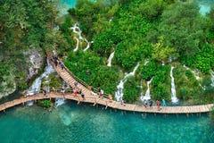 PLITVICE, ΚΡΟΑΤΙΑ - 29 ΙΟΥΛΊΟΥ: Ο τουρίστας απολαμβάνει τις λίμνες και τα θαυμάσια τοπία στο φυσικό πάρκο Plitvice στην Κροατία Στοκ εικόνες με δικαίωμα ελεύθερης χρήσης