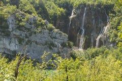 plitvice красивейших течений свежее зеленое окружило водопады водопада вегетации Стоковое Изображение RF