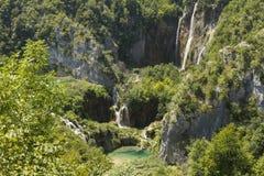 plitvice красивейших течений свежее зеленое окружило водопады водопада вегетации Стоковое фото RF
