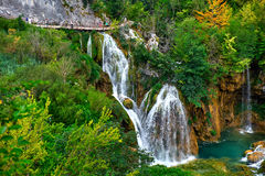 PLITVICE, ХОРВАТИЯ - 29-ОЕ ИЮЛЯ: Турист наслаждается sightseeing озера и чудесные ландшафты на природном парке Plitvice в Хорвати Стоковое Изображение RF