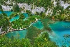 PLITVICE, ХОРВАТИЯ - 29-ОЕ ИЮЛЯ: Турист наслаждается sightseeing озера и чудесные ландшафты на природном парке Plitvice в Хорвати Стоковые Фотографии RF
