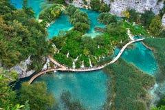 PLITVICE, ХОРВАТИЯ - 29-ОЕ ИЮЛЯ: Турист наслаждается sightseeing озера и чудесные ландшафты на природном парке Plitvice в Хорвати Стоковое Изображение