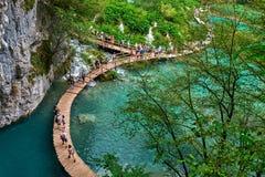 PLITVICE, ХОРВАТИЯ - 29-ОЕ ИЮЛЯ: Турист наслаждается sightseeing озера и чудесные ландшафты на природном парке Plitvice в Хорвати Стоковое Фото