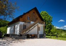 Plitvice jeziora Chorwacja, Maj, - 28, 2017: Osamotniony dom przy lasem blisko sławnych Plitvice jezior, Obraz Stock