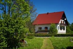 Plitvice jeziora Chorwacja, Maj, - 28, 2017: Osamotniony dom przy lasem blisko sławnych Plitvice jezior, Zdjęcia Stock