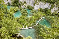 Plitvice, Kroatië, 13 Juli 2017: Adembenemende mening van de vallei met vele watervallen in Plitvice Royalty-vrije Stock Fotografie