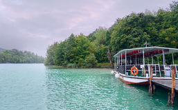 Plitvice lakes Ship på pir Hösten landskap Royaltyfri Fotografi