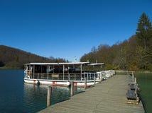 Plitvice Seen/Damm und besichtigenboot Lizenzfreies Stockbild