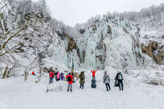Plitvice sjöar övervintrar den stora vattenfallet Fotografering för Bildbyråer