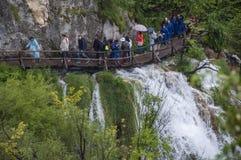 Plitvice sjönationalpark, vattenfall, sjö, gångbana, skog, gräsplan, miljö, berg, naturreserv, Kroatien, Europa royaltyfri bild