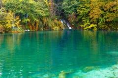 Plitvice turkos-färgade sjöar i Kroatien fiskar laken arkivbild