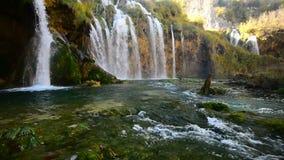 Plitvicewaterval in de lengte van de de herfsttijd, Kroatië stock videobeelden