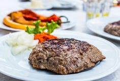 Pljeskavica & x28 enchidos; burger& x29; Foto de Stock Royalty Free