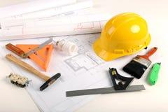 Pläne, Hardhat und Hilfsmittel Lizenzfreies Stockfoto