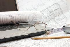 Pläne und Laptop Lizenzfreies Stockfoto