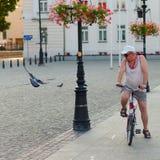 Plock Polen, 4 Augusti, 2015, redaktörs- foto av mannen med cykeln arkivbild