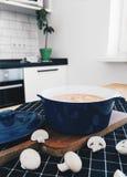 Plocka svamp kräm- soppa i Milan arkivfoto