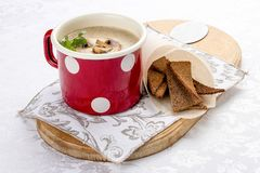 Plocka svamp kr?m- soppa med korvar och krutonger royaltyfria bilder