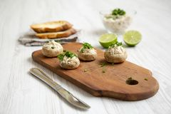 Plocka svamp och bli rädd puré med limefrukt och rostade bröd, sidosikt clos royaltyfri fotografi
