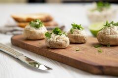 Plocka svamp och bli rädd puré med limefrukt och rostade bröd, sidosikt closeup arkivfoton