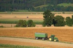Plockning av fältet i Österrike bygd arkivfoton