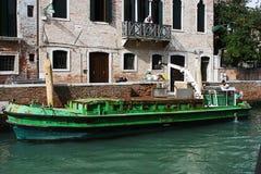 Plockning upp avskräde i Venedig Arkivbild