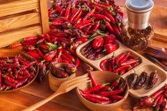 Plockningchilipeppar Förbereda sig för att torka kryddig smaktillsats Sale av kryddor arkivbild