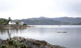 Plockton海湾,有风船和村庄的苏格兰 库存照片