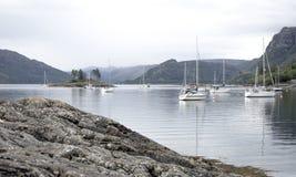 Plockton海湾,有风船和村庄的苏格兰 免版税库存图片