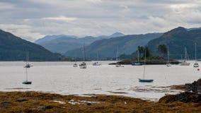 Plockton - montanhas de Escócia no condado de Ross e de Cromarty Fotografia de Stock