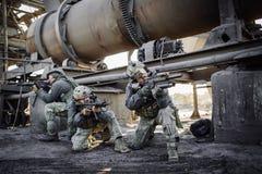 Ploeg van bereden politieteam in geruïneerde installatie Stock Afbeeldingen
