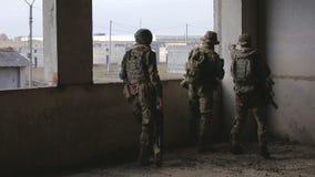 Ploeg van Militairen in de vernietigde bouw stock footage