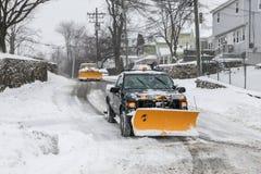 Ploegvrachtwagens op straat na onweer 2015 Stock Foto's