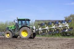 Plog bak traktoren på holländskt fält i Nederländerna i vår nära utrecht Royaltyfri Foto