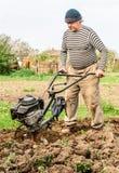 ploga för bondefält Arkivbild