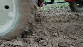 Ploga jord med traktoren stock video
