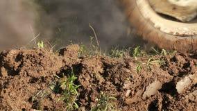 Ploga jord med traktoren lager videofilmer