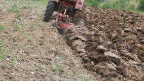 Ploga jord med traktoren arkivfilmer