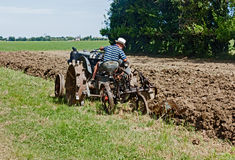 Ploga med en gammal traktor Royaltyfri Bild
