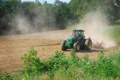 ploga traktor för fält Royaltyfri Foto