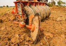 Ploga traktoren Royaltyfri Foto