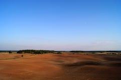 Plogad mer svart jord i horisontallandskap Royaltyfri Bild